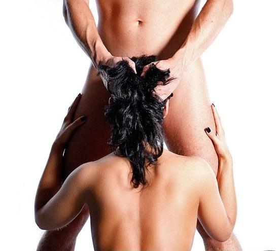 Мужчина руководит оральным сексом