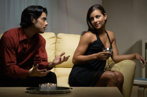 Мужчина пытается заинтересовать девушку