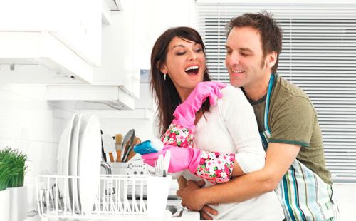 мужчина и женщина вместе занимаются домашним хозяйством