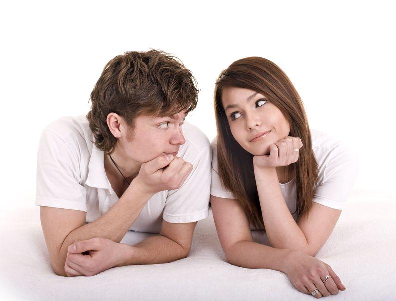 Парень и девушка смотрят вопросительно друг на друга