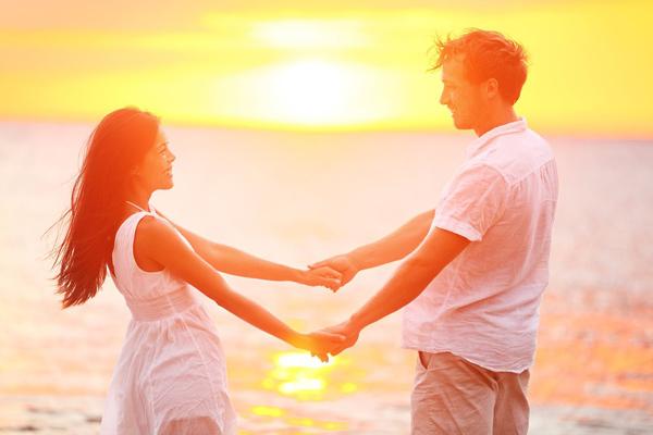 Парень и девушка держаться за руки