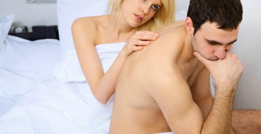 Неуверенный мужчина которого утешает девушка