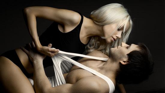 Мужчина и женщина занимаются страстным сексом