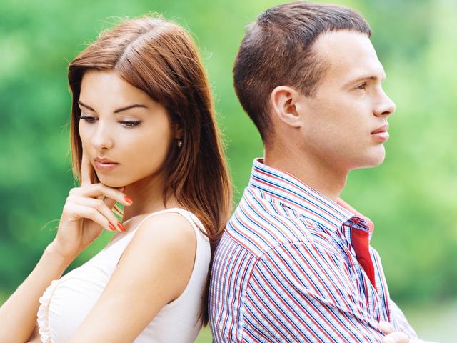Девушка и парень думают заниматься сексом или нет