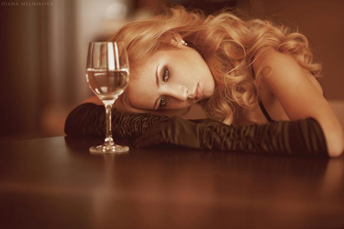 Одинокая женщина с бокалом вина